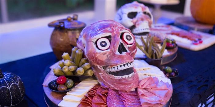 fotos con ideas de recetas terrorificas para halloween, calavera de tapas, plato de quesos y jamones, originales ideas comidas Halloween