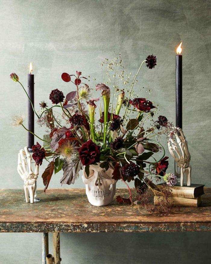 tenebrosas ideas sobre cómo decorar el salón para una cena de halloween, ambiente decorado en estilo rústico con velas vintage y calaveras