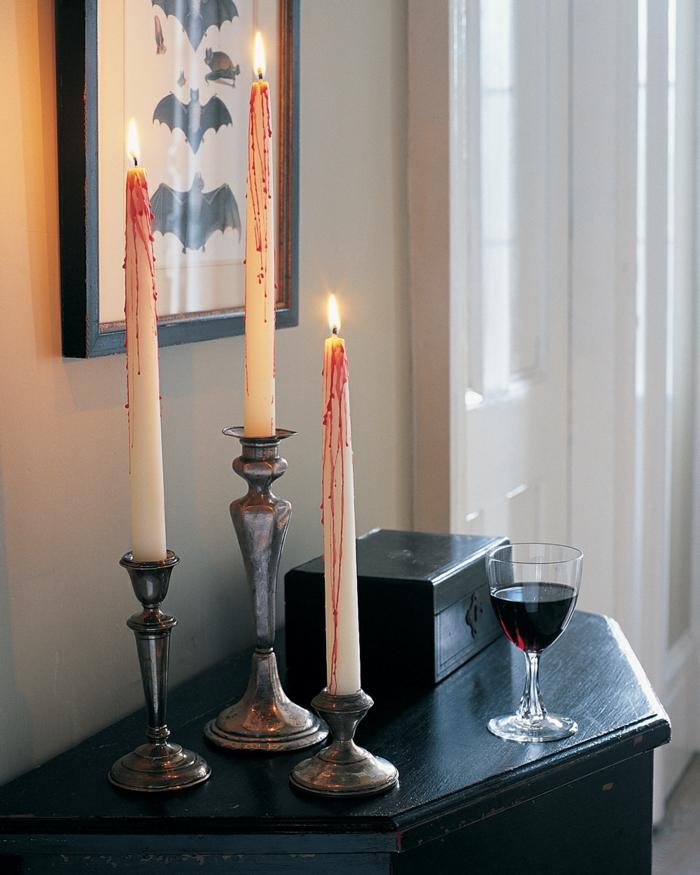 super sencillas propuestas sobre como decorar el salón para una fiesta de halloween, velas originales candelabro vintage