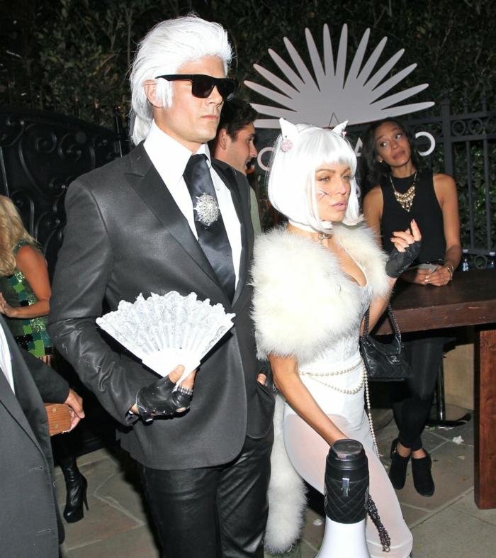 Fergie y su marido disfrazados como Karl Lagerfeld y su gato, ideas de parejas famosas disfrazadas para Halloween