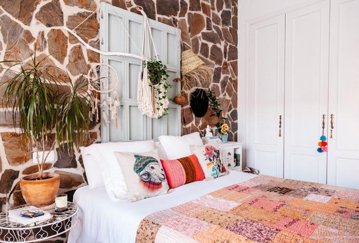 dormitorio decorado en estilo boho con detalles en macrame, ideas decoración dormitorio originales, fotos dormitorio boho