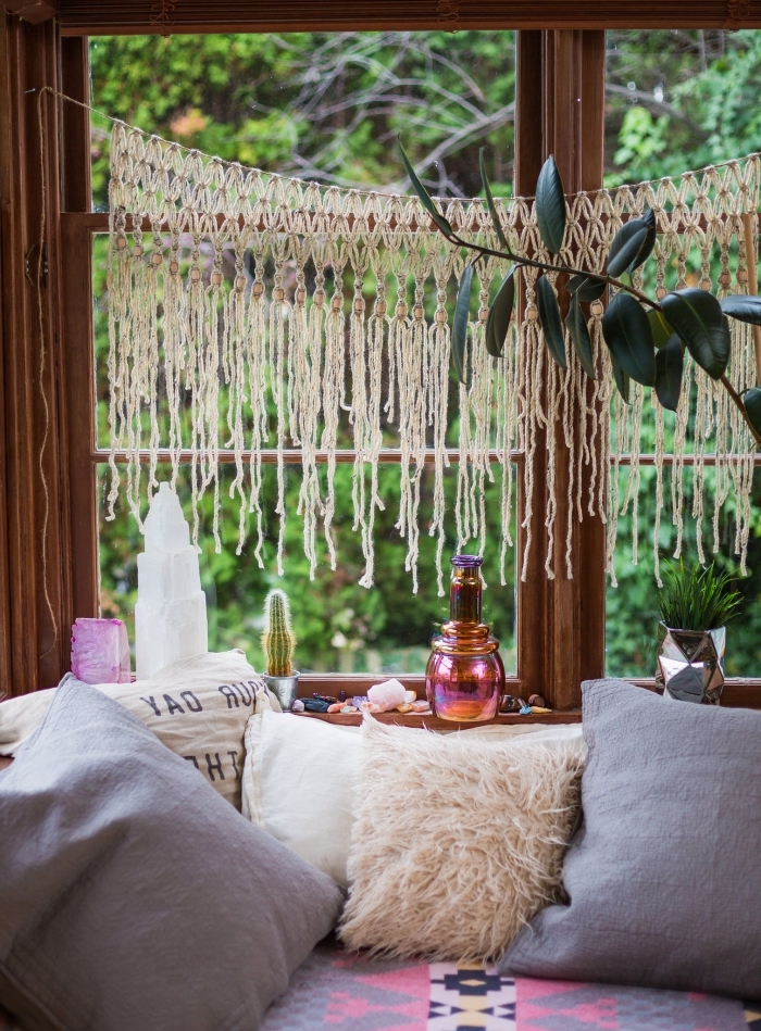 preciosa decoración salón, mini cortina de macrame, cojines decorativos, ideas de manualidades con macrame para decorar la casa