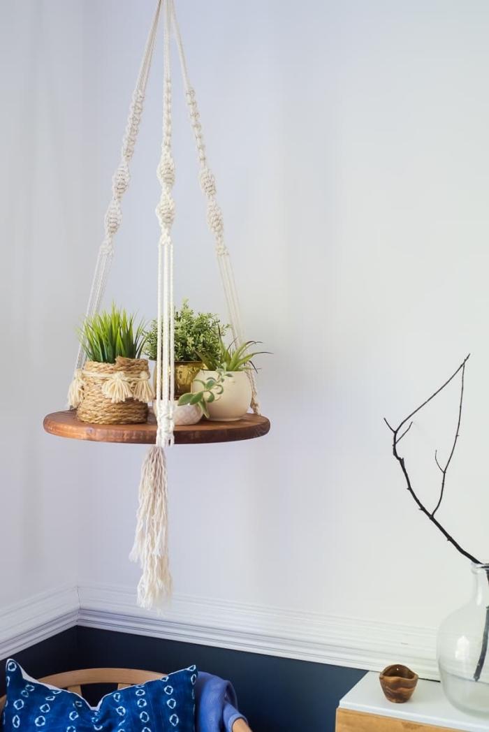 colgante bonito hecho de macrame para plantas verde, decoración salón en colores claros, ideas de espacios decorados en boho chic