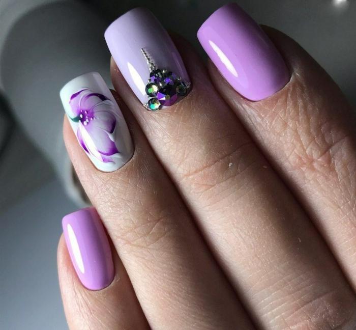 preciosas fotos de uñas de gel 2019, u;as largas de forma cuadrada pintadas en los tonos del color lila con motivos florales