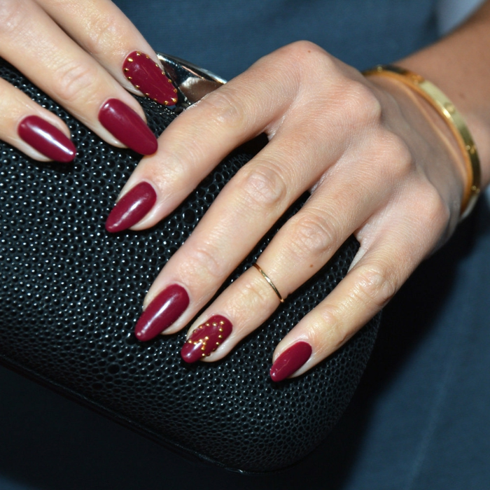 colores en las uñas en tendencia, uñas largas pintadas en color rojo bordeos, fotos de uñas de gel bonitas y modernas
