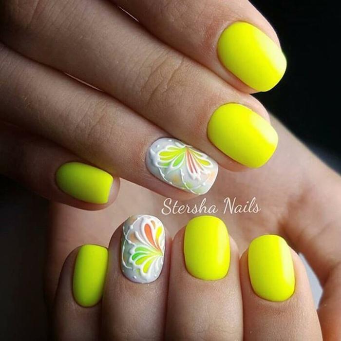 colores neón en las uñas, uñas cortas pintadas en amarillo neón con dibujos de flores, decoración de uñas con motivos florales