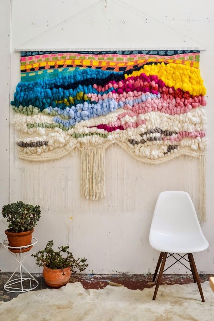 preciosa decoración de lana en la pared en colores vibrantes, decoración salón en estilo bohemio, 128 ideas en imágenes