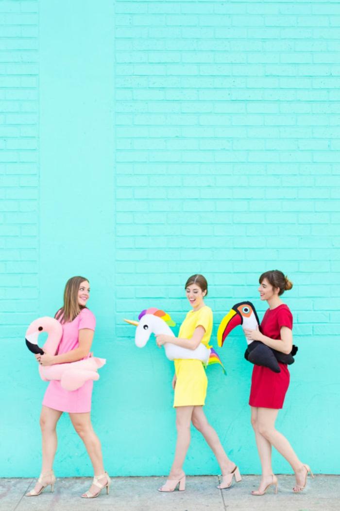 disfraces halloween ideas para amigas, disfraces coloridos con peluches, peluche flamenco, unicornio, ideas divertidas para disfraces