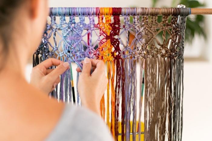 cortina macrame bonita con hilos en diferentes colores, ideas sobre cómo hacer una cortina o separador de ambientes macrame