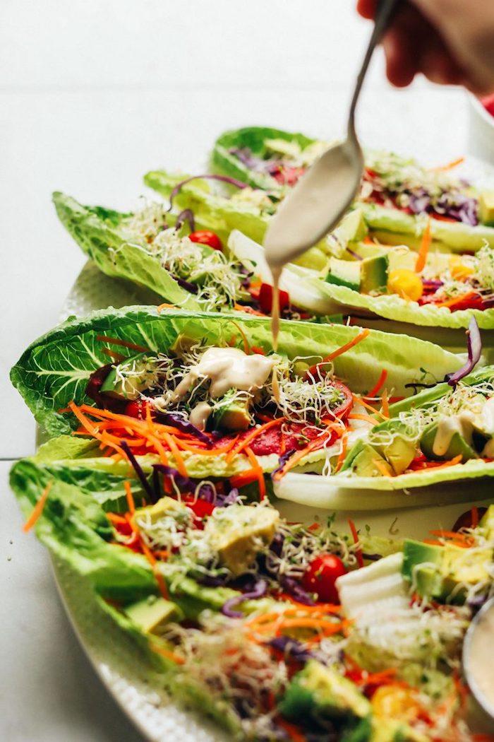 barcos de lechuga con trozos de pollo y vegetales, tacos de pollo sin tortillas, las mejores ideas para comer en casa con amigos