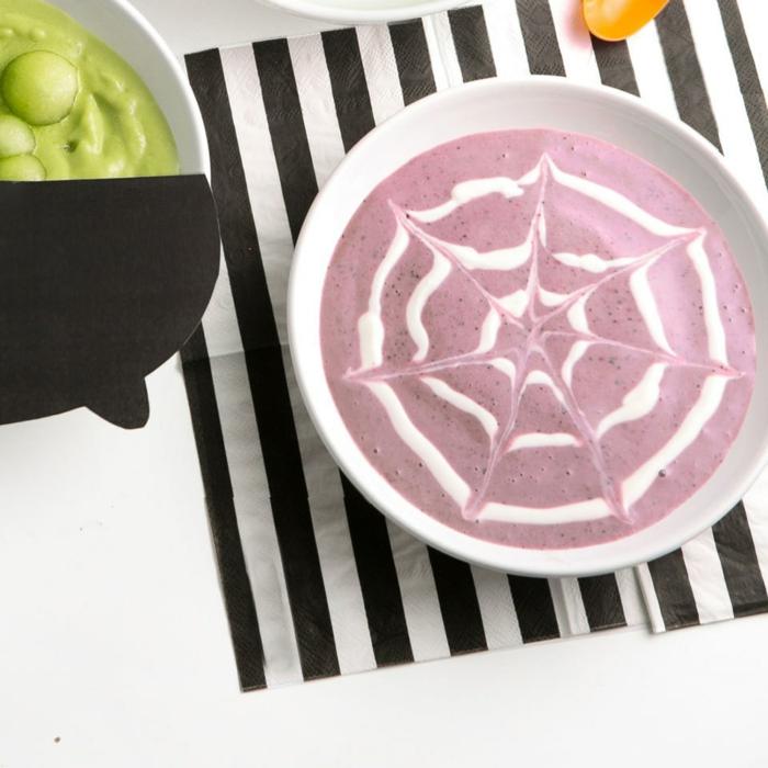 ideas menu halloween cena y desayuno, yogur con mermelada de arándanos en forma de red de araña, coloridas propuestas para halloween