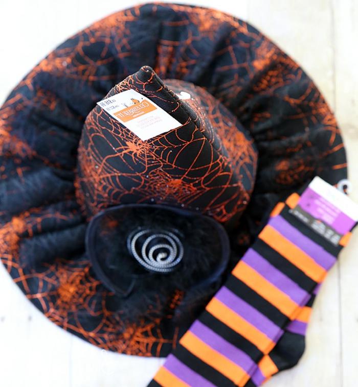 ideas de detalles para un disfraz bruja de Halloween, sombrero en color negro con decoraciones en naranja, calcetines coloridos