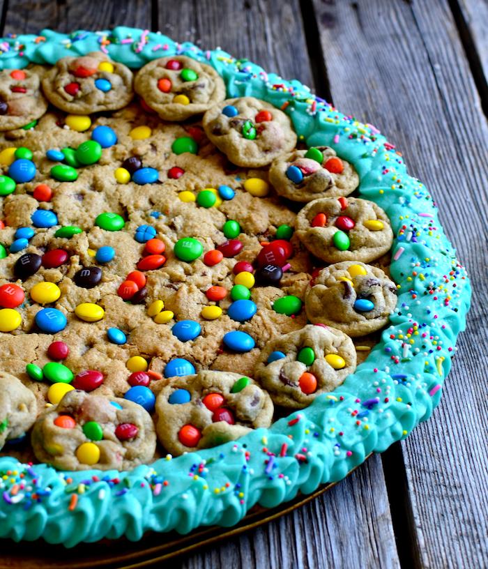 tarta casera de galletas y masa de galletas, tartas decoradas con caramelos coloridos