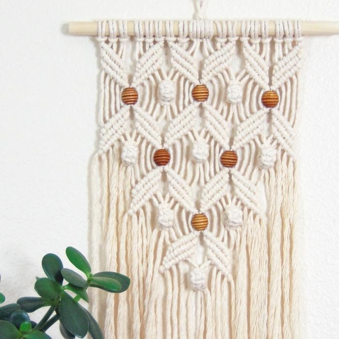 precioso adorno en la pared hecho con macrame, cortina macrame original, detalles DIY para decorar la casa paso a paso