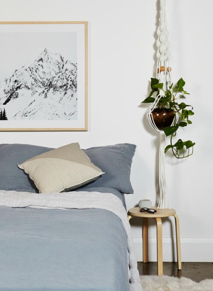 precioso colgante de plantas verdes en la pared, cortina macrame y colgantes originales y útiles, decoración estilo bohemio