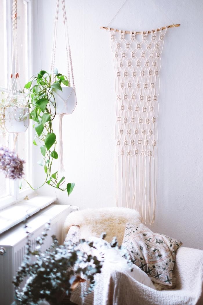 cortinas de macrame colgadas en la pared, preciosas ideas de decoración salón original con plantas verdes y objetos boho