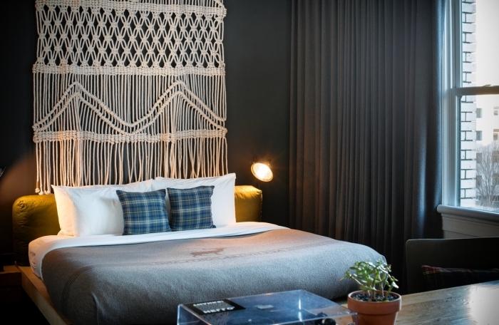 dormitorio decorado en colores oscuros con preciosa cortina macrame, dormitorio acogedor decorado en colores oscuros