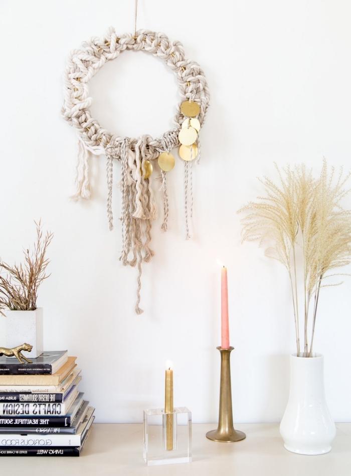 objetos decorativos DIY con macrame, pared pintada en blanco y hermosos detalles decorativos con macrame y plumas