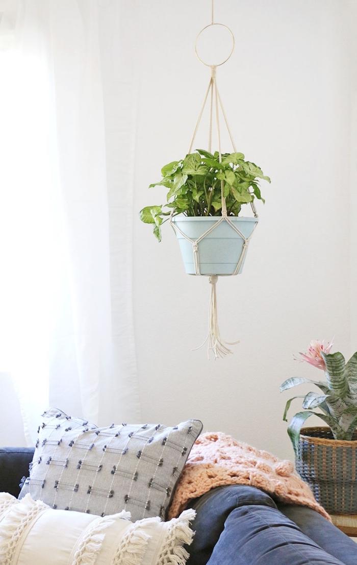 ideas para decorar un dormitorio en estilo bohemio, decoración salón con colgantes para plantas verdes, ideas de decoración en fotos