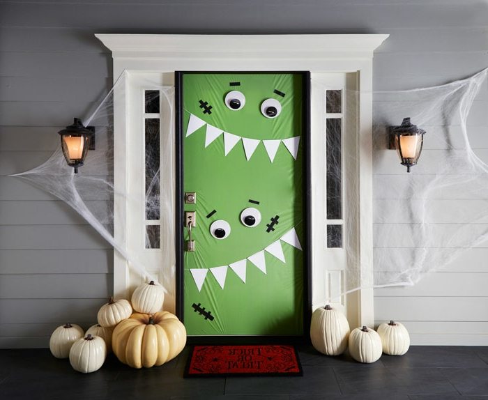 fotos bonitas de puertas decoradas de halloween, divertidas ideas para decorar la casa en otoño, manualidades halloween originales