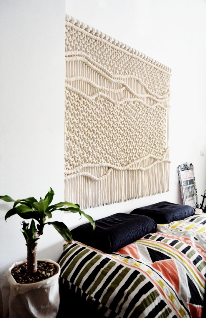 pared decorada con cortina macrame con nudos, ideas de decoración dormitorio en colores claros y decoración en estilo boho chic
