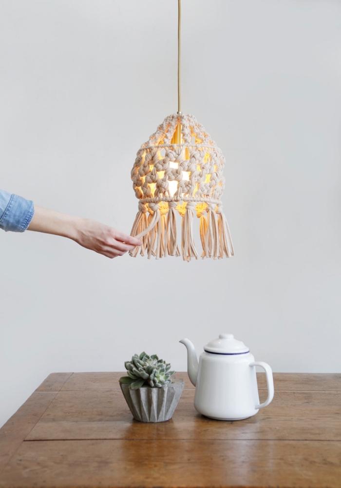 decorar la casa con objetos de macrame, originales ideas de decoración salón comedor, lámpara macrame decorativa