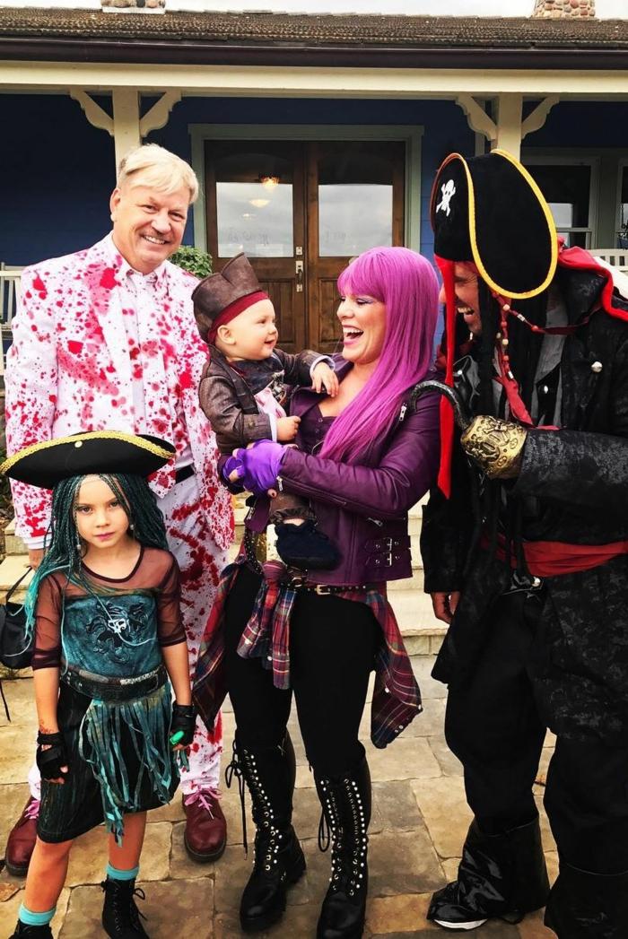 Pink y su familia disfrazados como piratas, originales ideas de disfraces de carnaval en grupo, fotos halloween celebridades