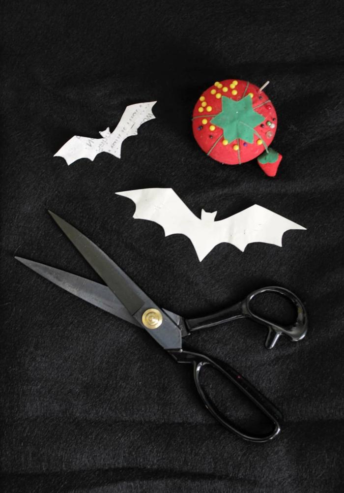 como hacer murciélagos de fieltro para decorar un disfrace de Halloween, disfraces originales para halloween, plantillas de papel