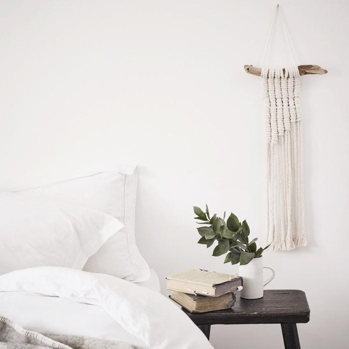 precioso dormitorio decorado en blanco con detalles de madera, ideas de decoración casa en estilo rústico, plantas verdes y madera
