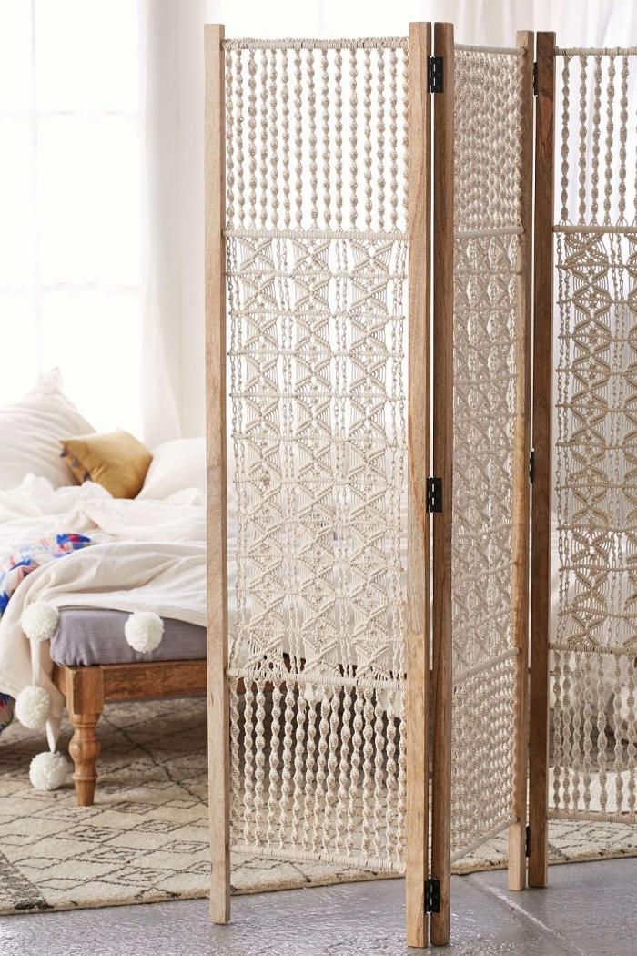 dormitorio bonito decorado en colores claros con separador de ambientes de madera y macrame, muebles originales para tu dormitorio