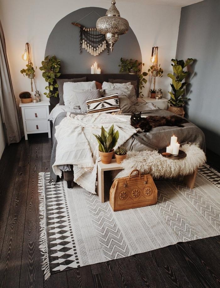 dormitorio decorado en blanco y gris con preciosos detalles colgantes en la pared y lámparas originales, decoración plantas verdes