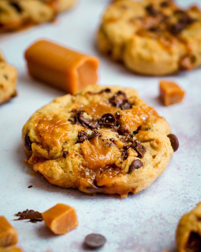 galletas blandas sin horno con caramelo y chispas de chocolate, las mejores ideas de postres caseros