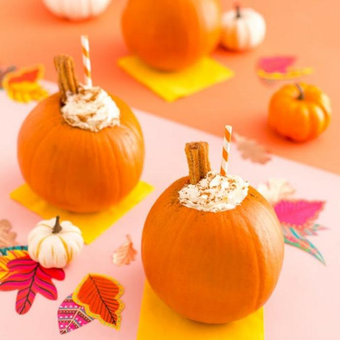 calabazas rellenas de crema con nata y canela, merienda halloween y postres de Halloween fáciles y rápidos para una fiesta casera