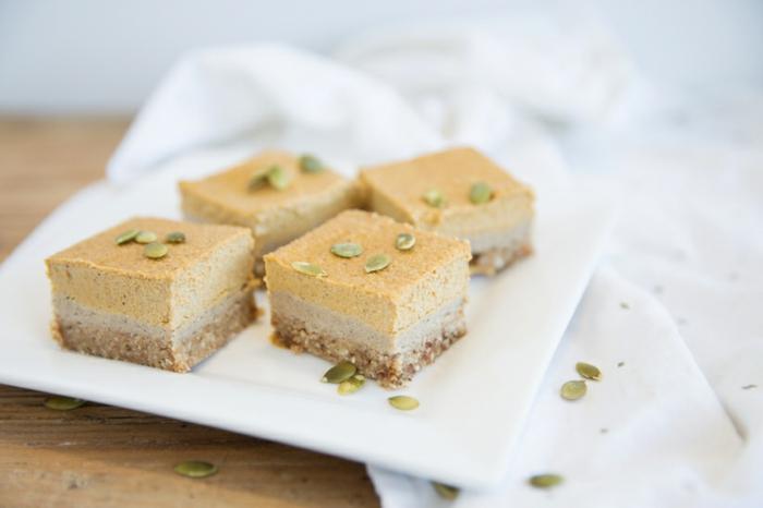 ricas propuestas de postres halloween faciles, tarta de queso con calabaza y semillas de calabaza, postres para el otoño
