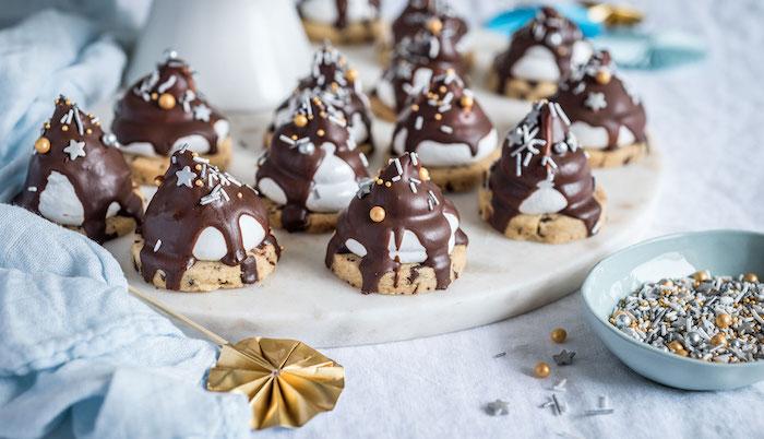 mini magdalenas con galletas de jengibre y chocolate derretido, postres para hacer en media hora