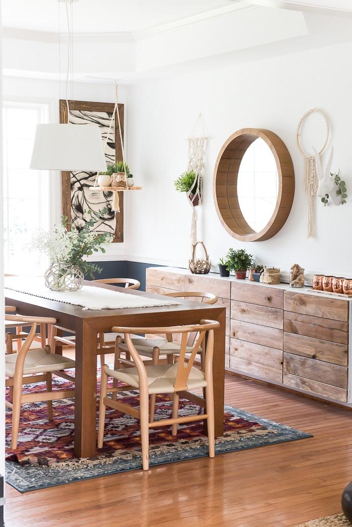 ambiente decorado en blanco con muebles de madera y decoración de macrame, ideas de espacios decorados en estilo rústico moderno