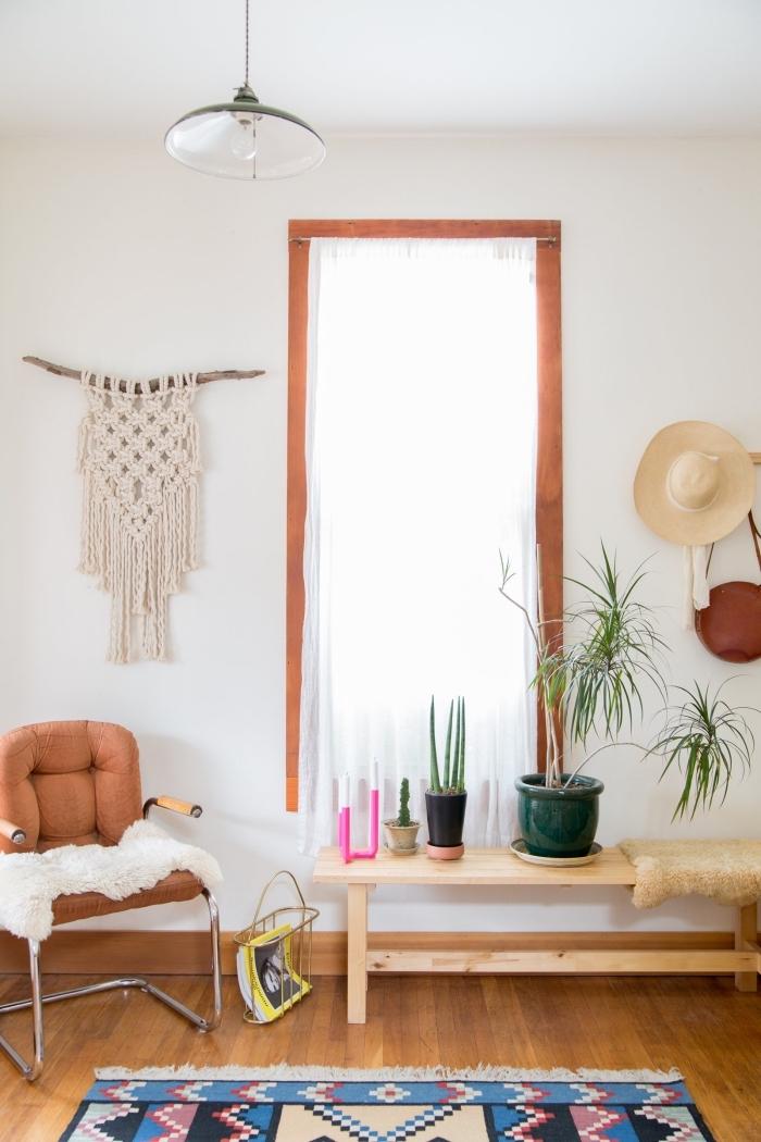 salón decorado en blanco con suelo de parquet y detalles decorativos en estilo bohemio, ideas para decorar la casa en boho chic