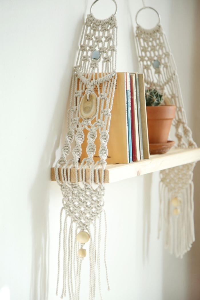 preciosos colgantes para la casa, estantería de madera con detalles de macrame y planta suculenta, decorar la casa paso a paso