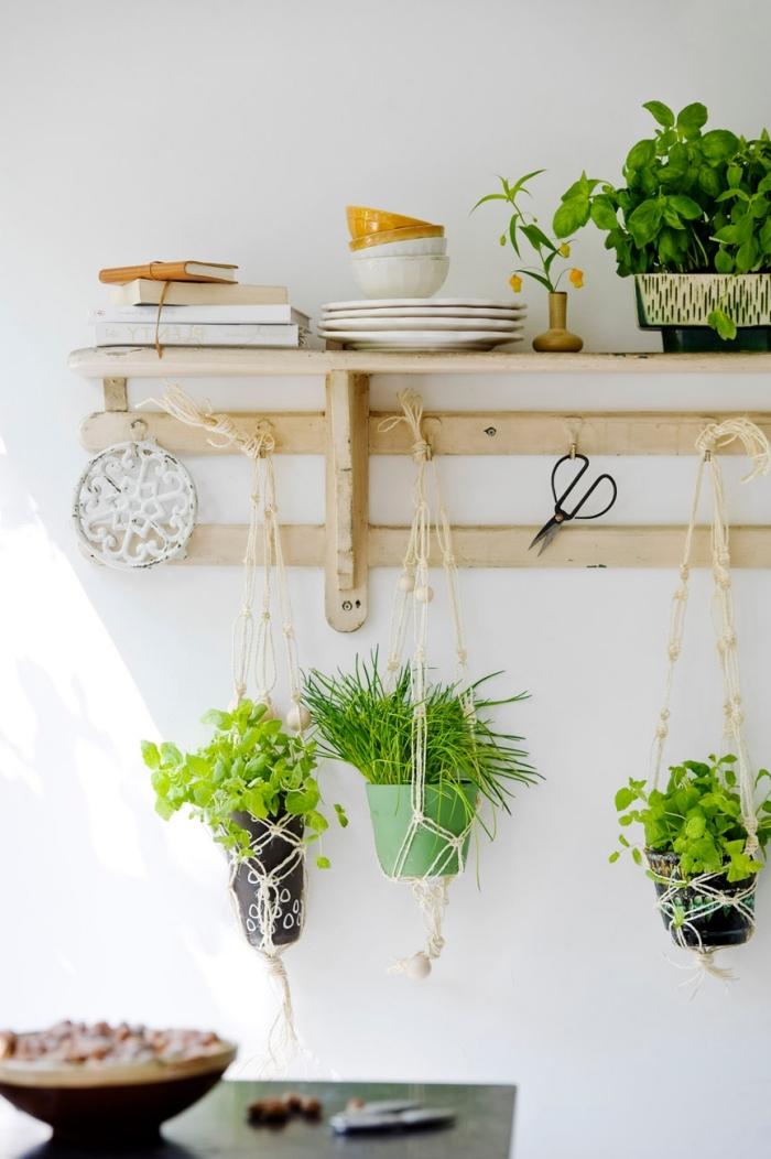 preciosas ideas sobre decoración salón en estilo bohemio, plantas verdes en colgantes de macrame, cocina decorada en boho chic