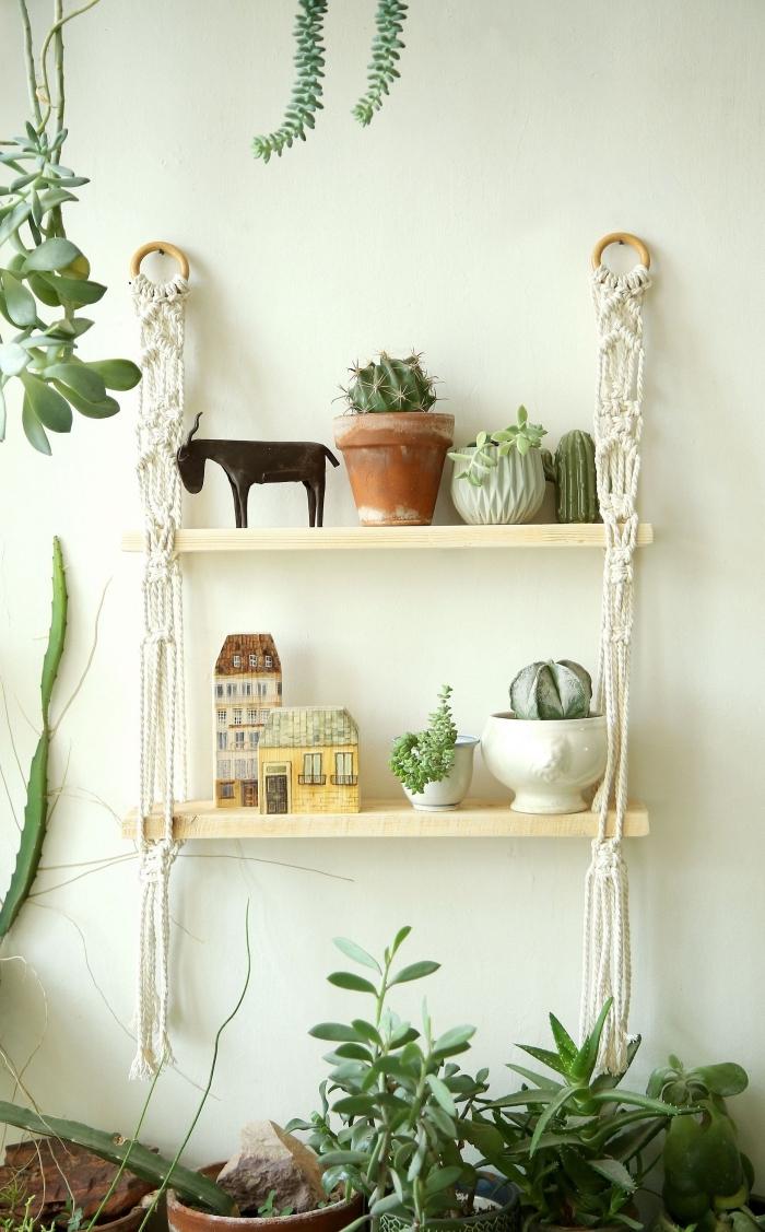 estantería original colgante con detalles de macrame, decoración espacio decorado en boho chic, decoración salón plantas verdes