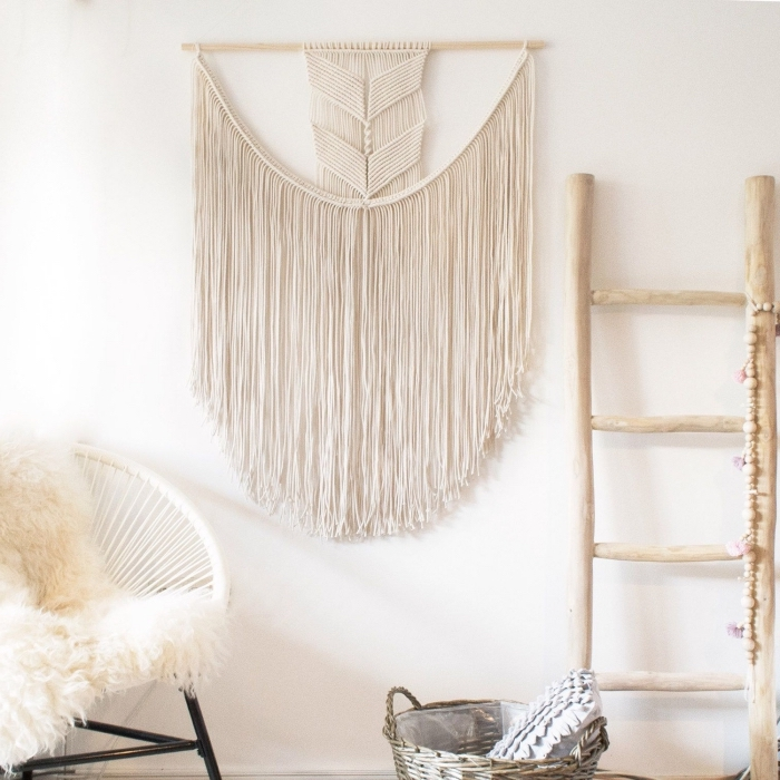 preciosas ideas de decoración salón en fotos, habitación decorada en blanco con detalles decorativos de madera y macrame