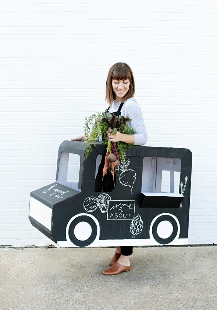super creativas y simpáticas ideas de disfraces originales para halloween, disfraces para mujeres originales, coche de cartón
