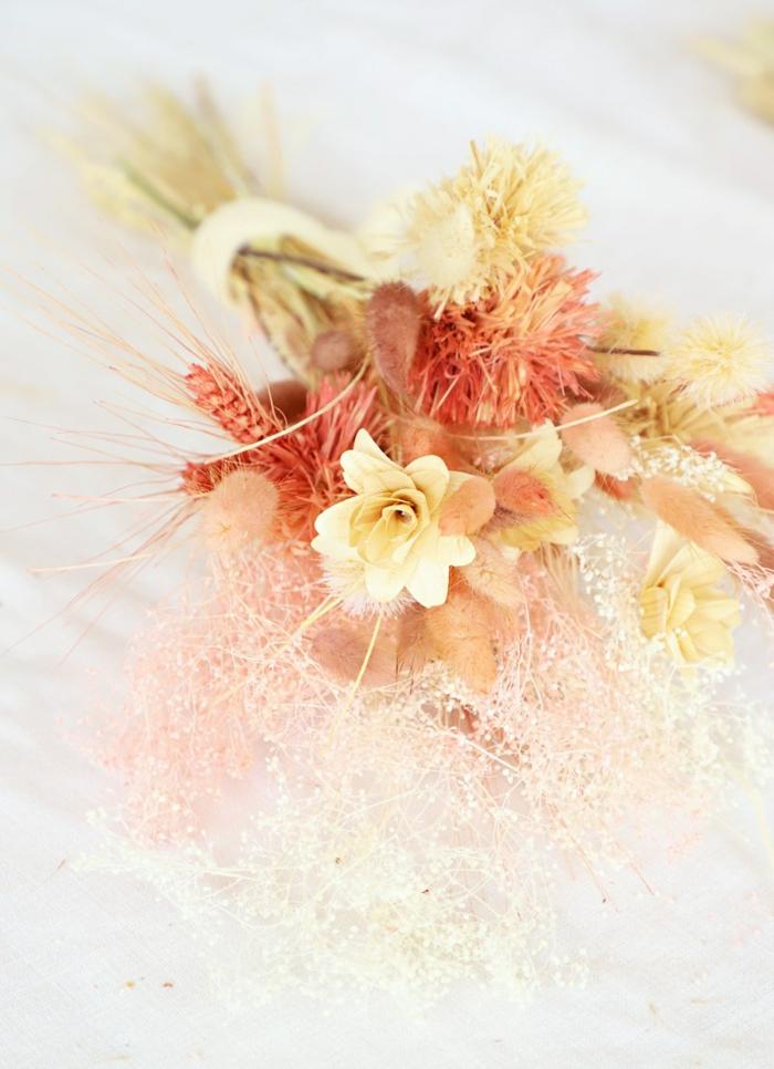 bonitas ideas sobre como decorar la casa en otoño, decoración con flores de campo y flores secas para Halloween