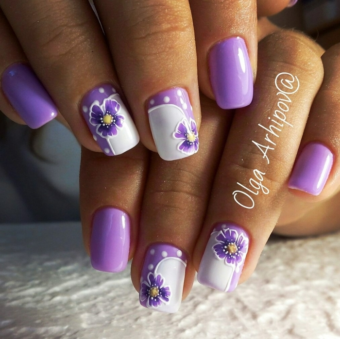 fotos de uñas de gel con dibujos, uñas blancas pintadas en lila con dibujos de florales, diseños de manicura con motivos florales