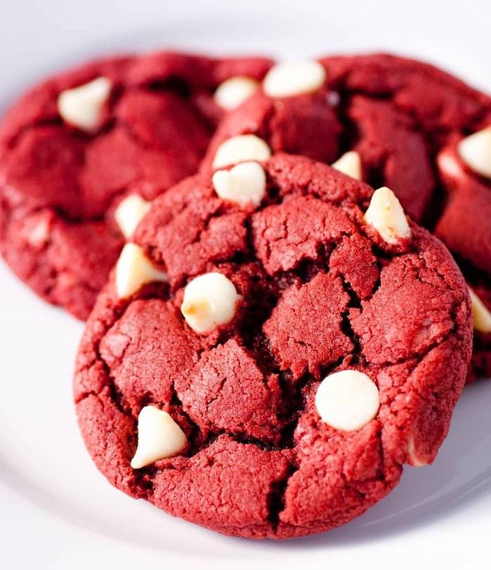 receta de galletas caseras fáciles para hacer en Navidad, cookies en color rojo, galletas con chocolate blanco
