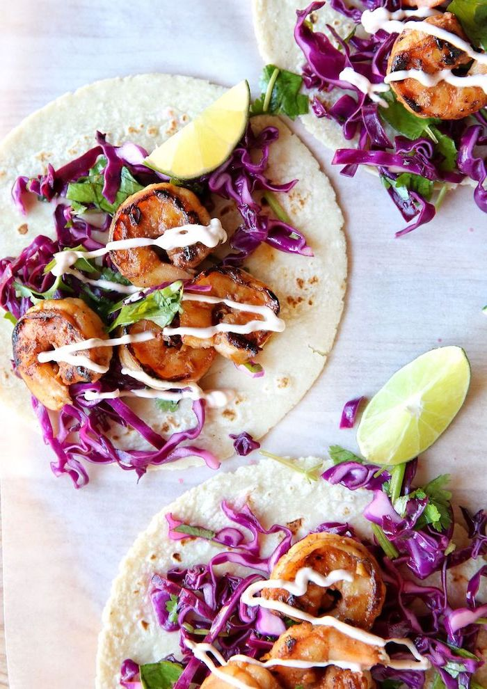 taco mexicano con mariscos, col roja, judías verdes, lima, salsa blanca y lechuga, entrantes y comidas ricas y fáciles de hacer
