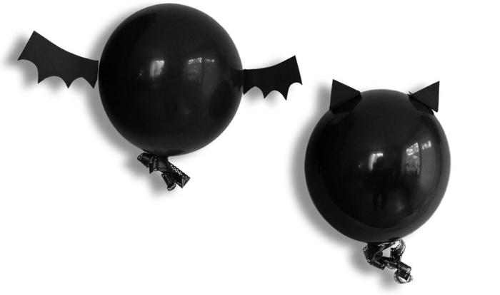 ideas para decorar la casa super sencillas, decoración con globos negros en forma de muerciélagos, manualidades de halloween para niños