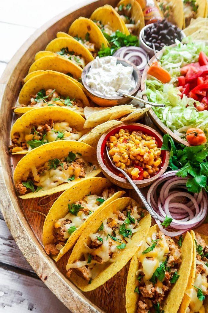 comidas ricas y fáciles de hacer en casa, ideas para comer tacos, mini tacos con carne picada, verduras, maiz, aceitunas