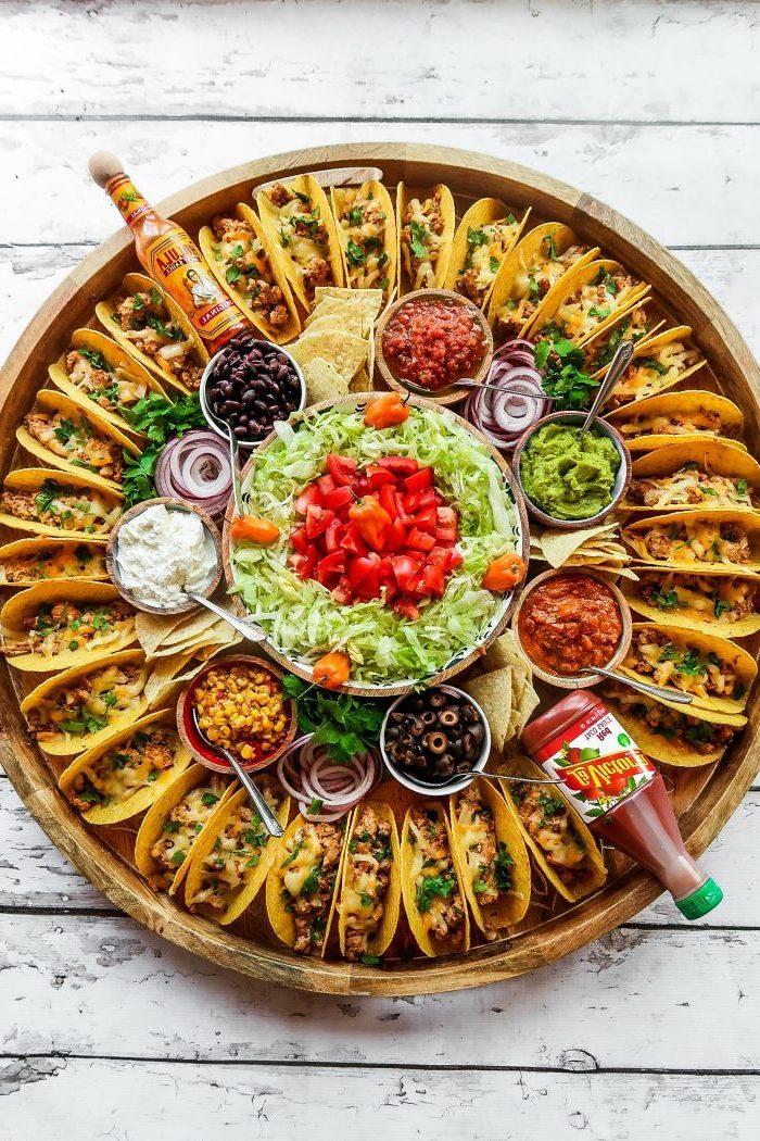 plato con tacos, originales ideas de recetas de tacos para toda la familia, mini tacos con rellenos para tacos originales
