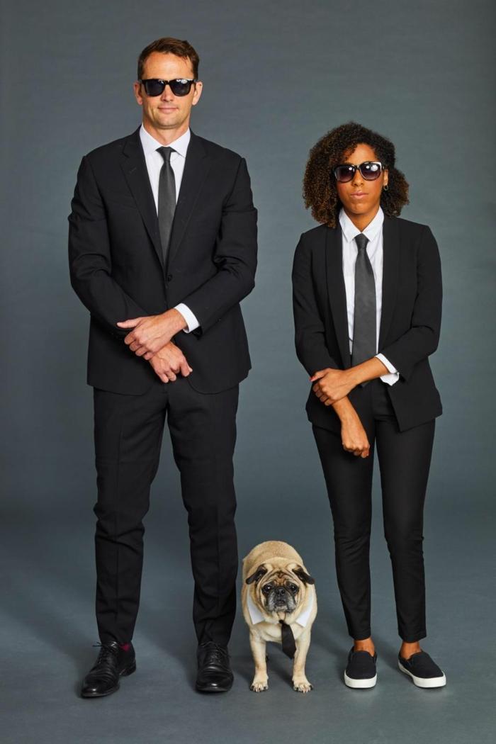 pareja disfrazada como los hombres en negro, disfraces halloween originales y super fáciles de hacer en casa, mas de 90 ideas